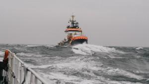 Dabei fuhr der Seenotrettungskreuzer auch bis zum 25 Kilometer entfernten Offshore-Windpark - so konnten die Wissenschaftler auch die Streuung der Signale durch die Rotorblätter bei ihren Messungen erfassen / Pressebild: DLR
