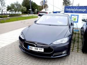 Bei den Neuzulassungen 2015 hat das Model S von Tesla mit 42.730 verkauften Fahrzeugen die Spitzenposition übernommen. / Foto: HB