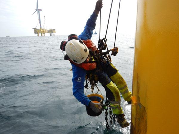 Reparaturmaßnahmen an Offshore-Windkraftanlagen. © Muehlhan AG, Hamburg