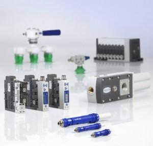 Schmalz zeigt auf der Hannover Messe effiziente Vakuum-Erzeuger mit Eco-Düsentechnologie wie die Kompaktejektoren-Baureihe SCPS/SCPSi (links vorne) oder den leistungsstarken Grundejektor SBPL (rechts vorne).  Bildnachweis: J. Schmalz GmbH