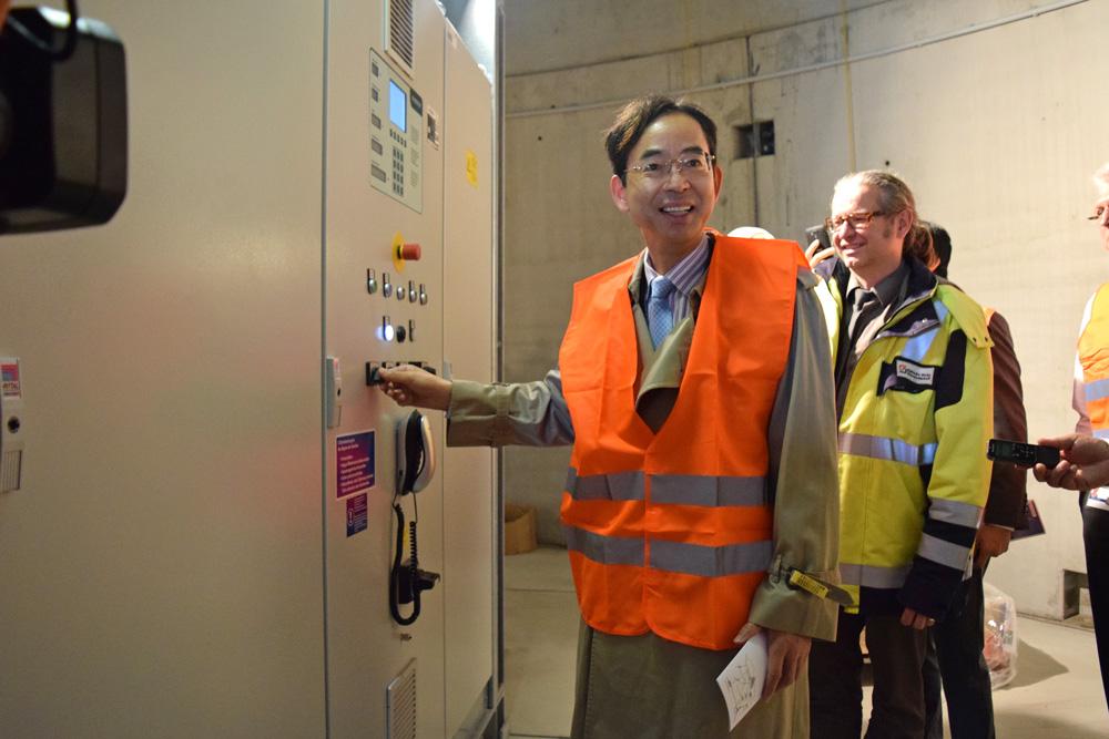 Foto: Bürgermeister Kaoru Kobayashi (links) nimmt im Herbst 2015 eine Windkraftanlage bei Kassel in Betrieb (Foto: Fukushima City)