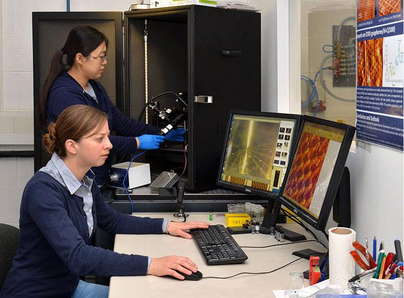 Sarah Wieghold (vorne) und Juan Li am Rastertunnel-Mikroskop – Foto: Andreas Battenberg / TUM
