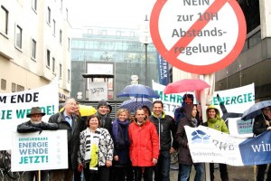 Unser Pressefoto, das Ihnen zur freien Verwendung steht, zeigt Thorsten Glauber (rote Jacke) auf der Demonstration gegen die 10H-Regel im Vorfeld der Gerichtsverhandlung.