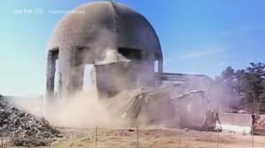 Vor 40 Jahren hatten die Erbauer der Atomkraftwerke in ihrer Planung nicht vorgesehen, dass die Meiler, wenn sie eines Tages zu alt und zu gefährlich sein würden, abgerissen werden müssten. Vor diesem schwierigen Problem stehen nun viele Staaten, zum Beispiel die USA, Deutschland und vor allem Frankreich, das seinen Energiebedarf zum Großteil durch Kernenergie deckt. Neun französische Anlagen sind am Ende ihrer Laufzeit angekommen. Die technisch veralteten Kraftwerke werden nun zurückgebaut. Der Stromversorger EDF versucht, die verunsicherte Bevölkerung zu beruhigen, und verkündet, den Prozess des kerntechnischen Rückbaus unter Kontrolle zu haben. Doch die Realität sieht anders aus: Immer wieder kommt es zu technischen Zwischenfällen, die Menschen in den betroffenen Regionen empfinden ein ständiges Kontaminationsrisiko. Und bis heute gibt es keine wirklich sichere Lagerung für radioaktive Abfälle, die zum Teil über Hunderttausende Jahre eine Gefahr darstellen werden. In der Bretagne versucht EDF seit mehr als 20 Jahren, unter hohen Kosten die Anlage Brennilis zurückzubauen, in den amerikanischen Bundesstaaten Maine und Vermont ist die Frage der Lagerung hoch radioaktiver Abfälle weiterhin ungelöst, und in Lubmin im deutschen Bundesland Mecklenburg-Vorpommern schien eigentlich alles in der Planung mitbedacht. Doch Bernard Nicolas deckt in seiner investigativen Untersuchung auf, dass die komplexen Techniken des AKW-Rückbaus und der Lagerung der Abfälle derzeit keineswegs vollständig beherrscht werden. Aber der Mensch wird diese Probleme lösen müssen, damit die abgeschalteten Meiler nicht eines Tages gefährlicher werden als die Anlagen, die noch am Netz sind. Aktuelle Infos: http://www.kernenergie.de/kernenergie...