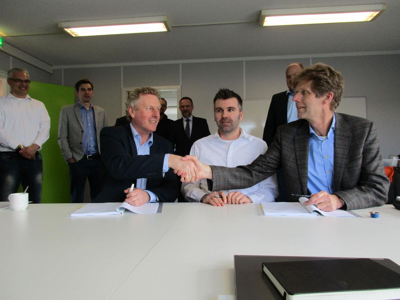 Bildbeschreibung (von links nach rechts): EMO-Geschäftsführer Knut Gerdes und Siemens Nederland N.V. Vertreter Martijn Boontjes (County Division Controller) und Jan Posthumus (Head of Operations) anlässlich der Vertragsunterzeichnung am 30.03.2016.