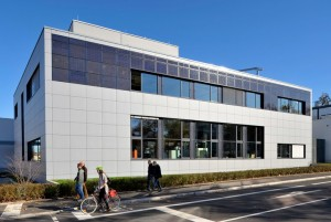 Dieses Laborgebäude des Fraunhofer ISE mit Kaltwasserspeicher dient als Demonstrator für einen netzdienlichen Betrieb. ©Fraunhofer ISE
