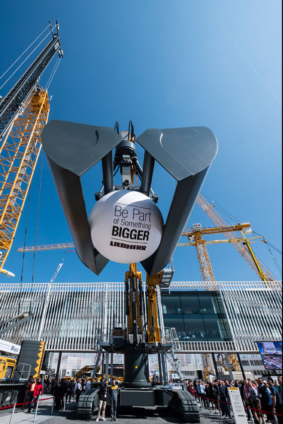 Besucher konnten Produktvorführungen auf dem gesamten Liebherr-Stand erleben – zum Beispiel den Mining-Bagger R 9200