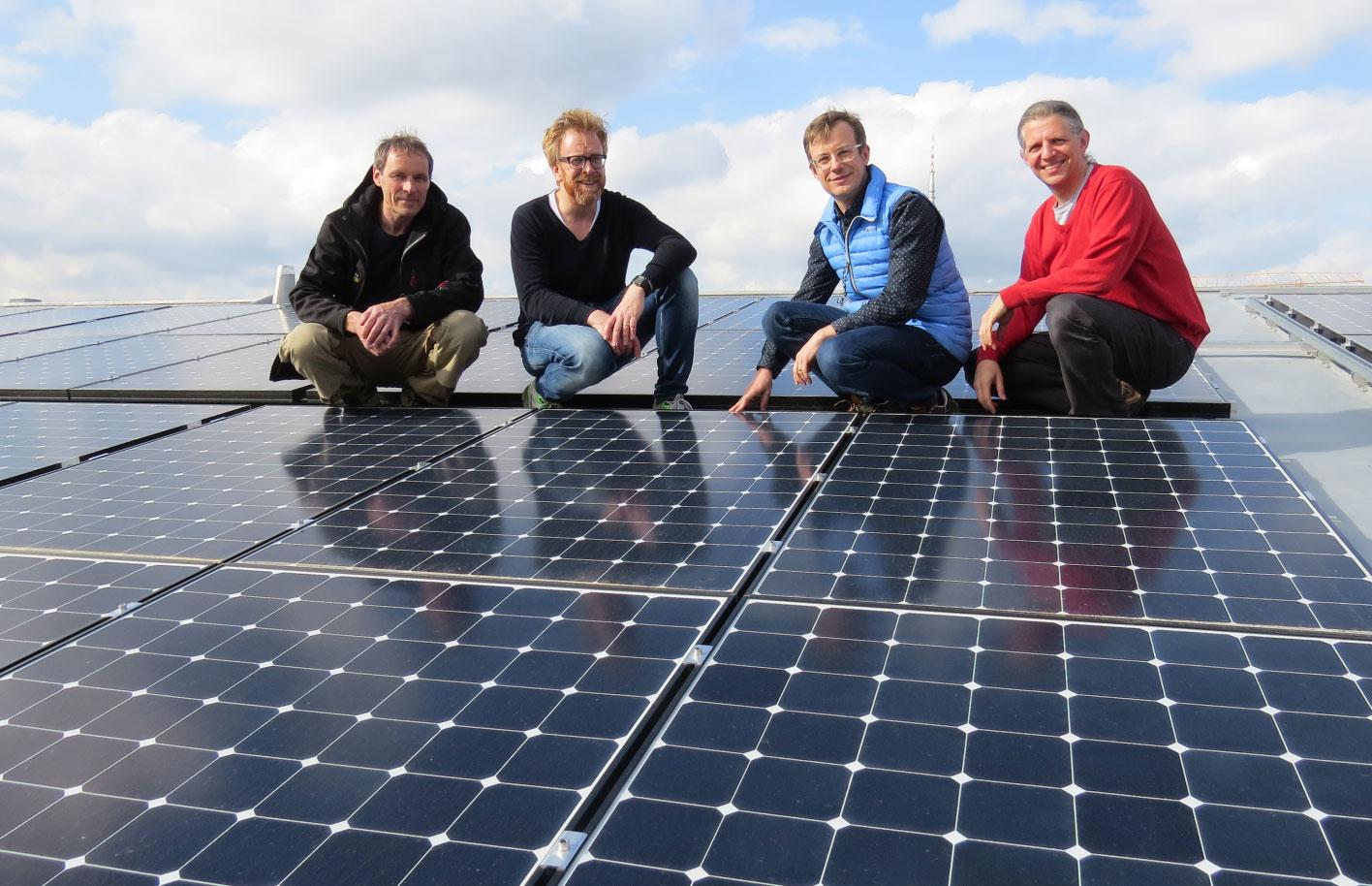 Abnahme der PV-Anlage am 6.4.2016. (v. l. n. r.: Stefan Hauser (Hauser Solartechnik GmbH), Andreas Leonhard (Geschäftsführer der Betreiber GbR), Christian Pletl (GbR-Gesellschafter), Dr. Andreas Horn (Energiewendeplaner GmbH)