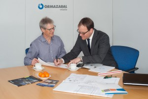 Ormazabal-Mitarbeiter Stefan Henkenmeier (rechts) unterstützt Planer und Ingenieure in der Region Nord-West bei Fragen zur Mittelspannung. Dazu zählt unter anderem die Konzeptberatung in der Startphase von Projekten.  Foto: Ormazabal