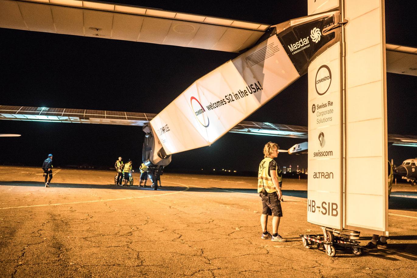 Das Solar Impulse Flugzeug wird für den Abflug von Hawaii vorbereitet, um die letzten Etappen seiner Weltumrundung anzugehen; es wird nur von Solarkraft angetrieben. Covestro ist mit innovativen Hightech-Werkstoffen an Bord. / Pressebild