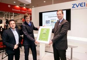 Glücklicher Gewinner mit Initiator und Pate V.l.n.r.: Sven Krüger (Initiator GreenTec Awards), Dr. Ralph Wichtendahl (Vice President Operations, Heliatek), Gunther Koschnick (Geschäftsführer, ZVEI)