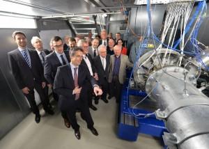 Professor Peter Jeschke führt den neuen Prüfstand am Institut für Strahlantriebe und Turboarbeitsmaschinen der RWTH vor. / Pressebild: Andreas Schmitter