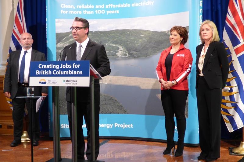 Bill Malus, Geschäftsführer Voith Hydro Kanada, hält eine Rede bei der Vertragsunterzeichnung. Zu sehen sind (von links nach rechts): Energieminister Bill Bennett, Bill Malus, Christy Clark, Ministerpräsidentin von British Columbia und Jessica McDonald Geschäftsführerin von BC Hydro / Pressebild