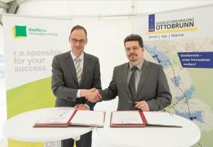 Bild 1 (von links): Tilo Wachter (Geschäftsführer Süddeutsche Geothermie-Projekte GmbH und Geothermie-Experte von BayWa r.e.) und Thomas Hoppenz (Geschäftsführer Energieversorgung Ottobrunn) unterzeichneten kürzlich einen langfristigen Wärmeliefervertrag.
