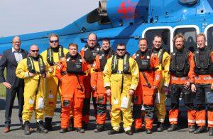 BU: Die Piloten Björn Chmielecki und Guido Schmitt (rechts im Bild) fliegen die ersten Passagiere zum Windpark Global Tech I. Einen guten Flug wünscht NHC-Geschäftsführer Frank Zabell (links). Foto: Marion Bubolz
