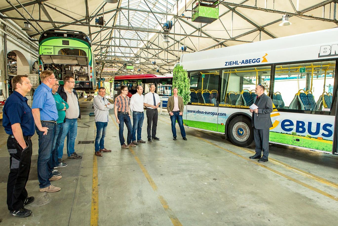 Bildunterschrift: Paul Hemkentokrax (Geschäftsführer Aktiv-Bus GmbH, rechts im Bild) führte kurz inhaltlich – auch vor dem Hintergrund des Klimaschutzgedankens – in die Veranstaltungsaktion ein. / Presssebild