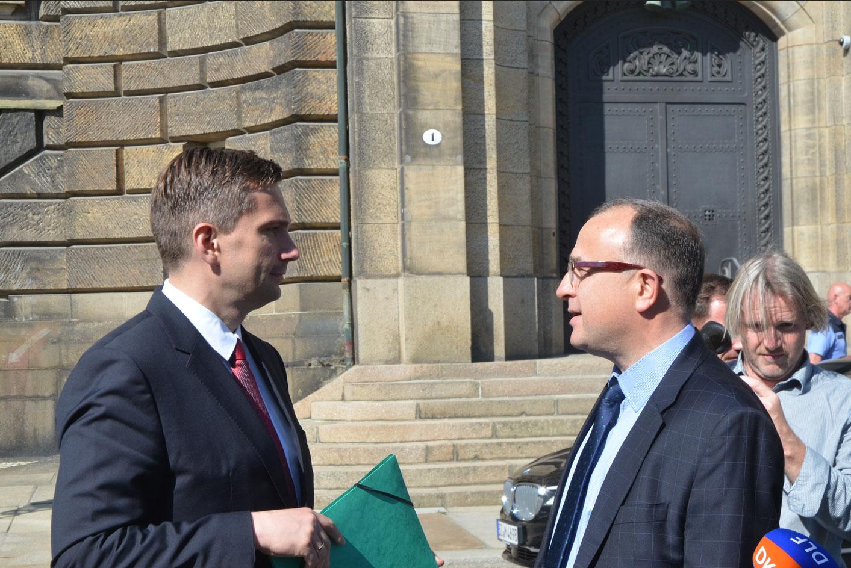 Wirtschaftsminister Martin Dulig im Gespräch mit dem BWE-Landesvorsitzenden Prof. Martin Maslaton vor der Staatskanzlei in Dresden. Foto: Medienkontor
