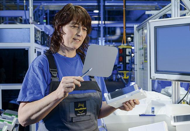 Kontrolle der fertigen Wafer bei der Herstellung. (© SolarWorld GmbH)