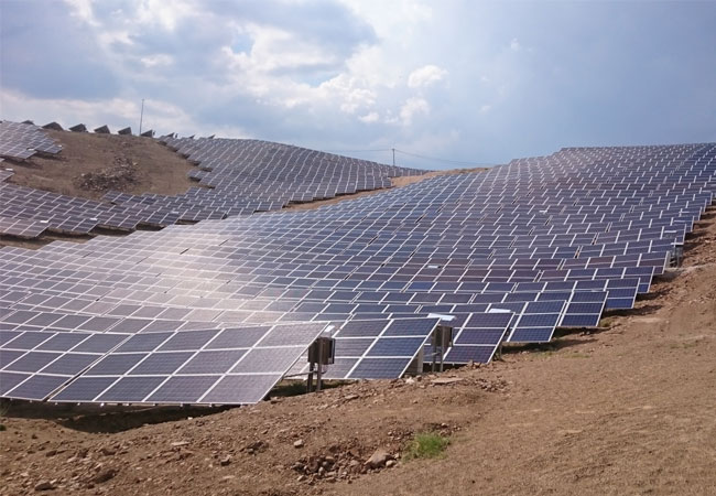 Deutscher Modulhersteller fährt Produktion weiter hoch / Bildquelle: E.M. Gülenç 4,3 MW Solarpark mit Astronergymodulen nahe der westtürkischen Stadt Çine