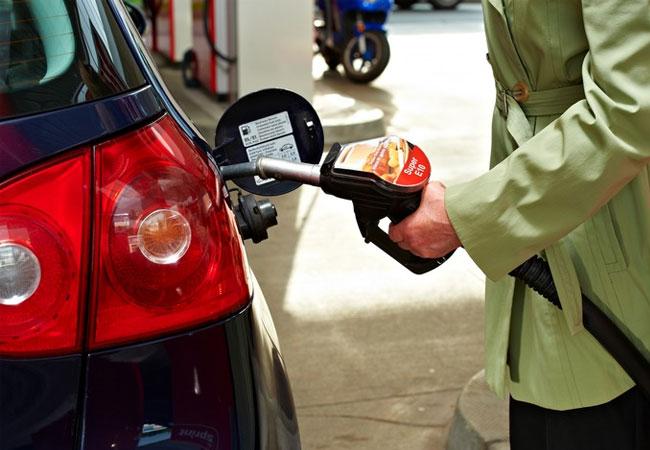 """Europaweite Verbraucherumfrage: 69 Prozent sind für den verstärkten Einsatz von Biokraftstoffen / VW Golf V wird mit Super E10 betankt. Weiterer Text über ots und www.presseportal.de/nr/73390 / Die Verwendung dieses Bildes ist für redaktionelle Zwecke honorarfrei. Veröffentlichung bitte unter Quellenangabe: """"obs/BDBe"""""""