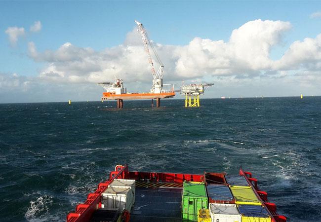 Foto: Versorgungsschiff der Rhenus auf dem Weg zur Offshore-Plattform. Bildquelle: Rhenus SE & Co. KG.