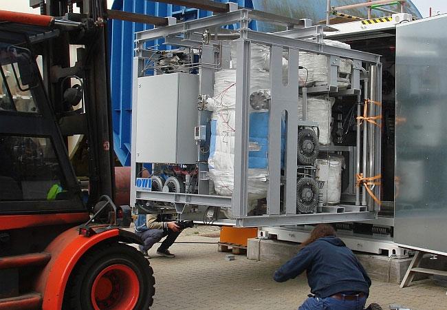 Integration des Wasserstofferzeugers in den Container mit dem Brennstoffzellensystem. Foto: OWI