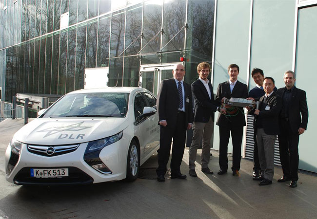DLR Wissenschaftler in Stuttgart mit Kooperationspartnern aus Japan / Pressebild: DLR