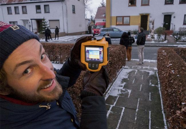 """Jan Lange (Projektteam """"Prima Klima auf der Rude"""") freut sich über die gute Beteiligung der Rude-Bewohner an der Exkursion"""