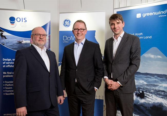 Bildunterzeile: v.l.: Olaf Wunderlich, Director Business Development OIS Dr. Michael Bünning, Service Director Germany GE Energy Connections Manuel Lasse, Geschäftsführer Green Wind Offshore Foto: Green Wind Offshore/Pablo Castagnola