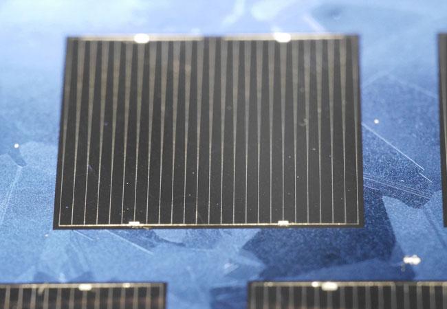 © Foto Fraunhofer ISE Die multikristalline Weltrekordsolarzelle aus n-Typ HPM Siliciummaterial hat eine Fläche von 2 cm x 2 cm. Die Zelle ist sehr gut entspiegelt, daher sind kaum noch Korngrenzen des Siliciummaterials zu erkennen und sie erscheint nahezu schwarz.