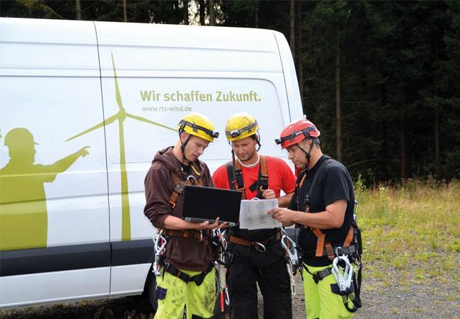 CEO Ivo Lippe (rechts) und Neil Parry, Managing Director UK, (links) besuchen Torsten Hartmann, Head of Project Management, auf der Siemens Baustelle in Varel / Jadebusen. Copyright: RTS Wind AG