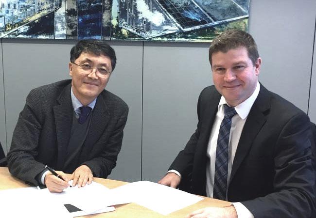 Vertragsunterzeichnung am Stammsitz von KACO new energy in Neckarsulm: David Kim (CEO, DNE Solar Ltd.) und David Mabille (CSO, KACO new energy GmbH). - See more at: http://kaco-newenergy.com/de/news/single/article/kaco-new-energy-liefert-300-mw-nach-suedkorea-neckarsulmer-hersteller-und-dne-solar-schliessen-eine/#sthash.4pFn4wOb.dpuf