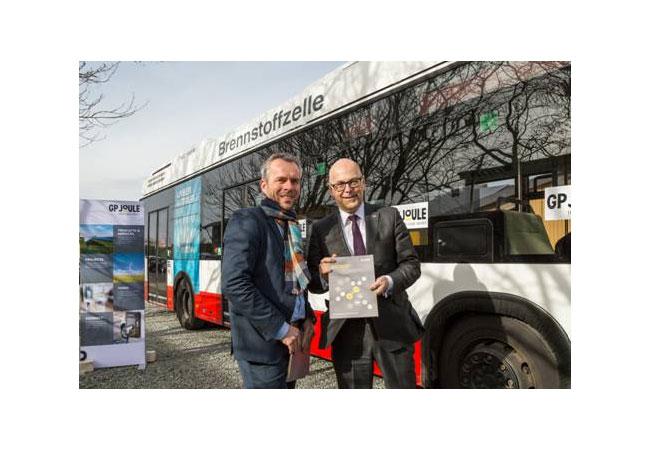 GP JOULE übergibt Machbarkeitsstudie zu innovativen Nutzung von Wind-Strom an Ministerpräsident Torsten Albig und lädt ihn ein zur ersten Wasserstoffbusfahrt durch Nordfriesland / Pressebild
