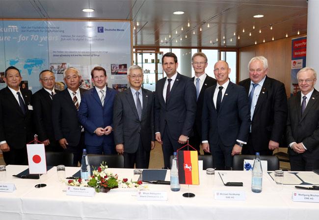 Niedersachsens Wirtschaftsminister Olaf Lies und Kazuo Furukawa von der japanischen Wirtschaftsförderung NEDO (Bildmitte) unterzeichneten gemeinsam mit den EWE-Vorständen Wolfgang Mücher (4. von rechts) und Michael Heidkamp (3. v.r.), den EWE-Verbandsgeschäftsführern Heiner Schönecke (2.v.r.) und Bernhard Bramlage (r.) sowie japanischen Partnern. Niedersachsens Wirtschaftsminister Olaf Lies und Kazuo Furukawa von der japanischen Wirtschaftsförderung NEDO (Bildmitte) unterzeichneten gemeinsam mit den EWE-Vorständen Wolfgang Mücher (4. von rechts) und Michael Heidkamp (3. v.r.), den EWE-Verbandsgeschäftsführern Heiner Schönecke (2.v.r.) und Bernhard Bramlage (r.) sowie japanischen Partnern.