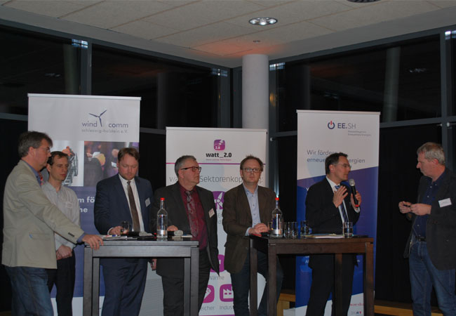 Bildzeile: Mehr Windkraft, mehr Bürgerbeteiligung oder mehr Demokratie? Über die Wagnisse des Erneuerbare-Energie-Ausbaus in Schleswig-Holstein diskutierten (von links nach rechts) Lars Harms (SSW), Dr. Patrick Breyer (Piratenpartei), Oliver Kumbartzky (FDP), Detlef Matthiessen (Bündnis 90/ Grüne), Stefan Bolln (SPD) und Ingbert Liebing (CDU) mit Moderator Carsten Kock im Husumer NCC. Foto: EE.SH/ Clorius