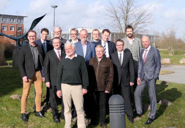 Bildunterschrift: Prof. Olav Hohmeyer (Klimapakt-Vorstand, Vordergrund) appelliert mit den Vertretern von Mitgliedern des Klimapaktes Flensburg für eine Weiterfinanzierung des städtischen Klimaschutzmanagements.