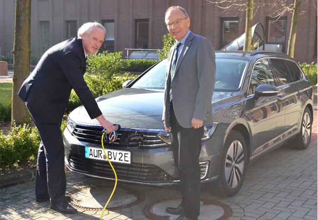 Mit gutem Beispiel voran: Der in der BAV für das Programm zuständige Abteilungsleiter Thorsten Hinrichs und der Direktor der BAV, Klaus Frerichs beim Auftanken ihres E-Dienstwagens (v.l.n.r.) / Pressebild
