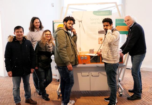 Bildunterschrift: Mit großem Interesse wird die von Museumsleiter Werner Barkemeyer (1. v. r.) initiierte Ausstellung von den Teilnehmern des Volkshochschulkurses getestet.