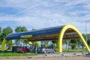 Die neuen Stationen machen es möglich, mehrere Fahrzeuge gleichzeitig in nur 15 Minuten mit Öko-Strom für eine Reichweite von 500 km zu versorgen / Pressebild