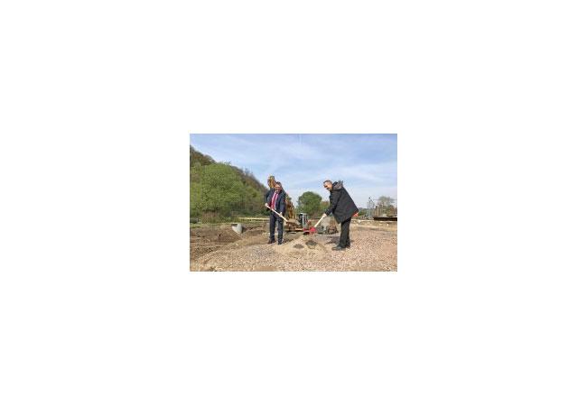 .l, WMR-Geschäftsführer Frank Thiel, und Rafael Schemmer, Projektleiter der Gelsenwasser AG, beim Spatenstich am Wasserkraftwerk in Bochum-Stiepel.