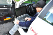 HanseWerk Natur steuert mit Laptop Kraftwerke / Pressebild