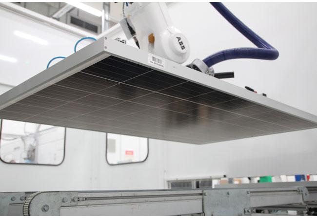 Bildquelle: Astronergy / Vollautomatischer Transport der Module durch die gesamte Produktionslinie