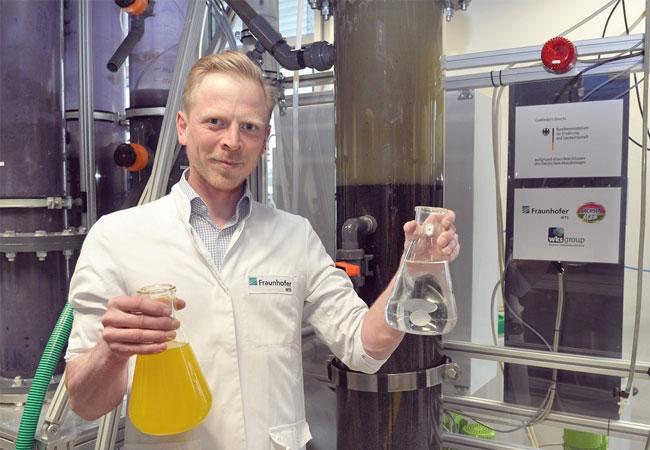© Foto Fraunhofer IKTS Das IKTS-Team um André Wufka hat gemeinsam mit der Sachsenmilch Leppersdorf GmbH und der wks Technik GmbH aus Dresden ein Verfahren entwickelt, mit dem Reststoffe aus der Milchverarbeitung fast vollständig stofflich und energetisch nutzbar gemacht werden können. Die Schlempe aus der Molkeverwertung (links) wird durch das Verfahren so aufbereitet, dass trinkbares Wasser (rechts) erzeugt wird. Dieses zurückgewonnene Wasser kann im Produktionskreislauf erneut als Frischwasser eingesetzt werden.