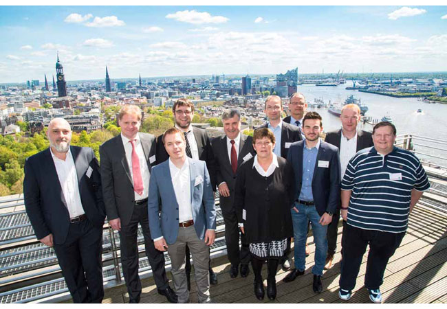 """Pressebild: Mit Blick auf Michel und die Elbphilharmonie – die Referenten des 8. Rittal Branchentags """"Schiff&See"""" in Hamburg: (v.l.n.r.): Prof. Dr. Alexis Papathanassis (Hochschule Bremerhaven), Olaf Ratschow (ITE), Mihail Vasilev (iNNOVO Cloud), Jan Lausch (Wärtsilä SAM), Wilfried Braun (Rittal), Hauke Schlegel (VDMA), Andrea Grün (DNV GL), Johannes Waller (Rittal), Domenico Drechnowicz (Meyer-Werft), Jörg Kreiling (Rittal), Alexander Löw (iNNOVO Cloud)"""