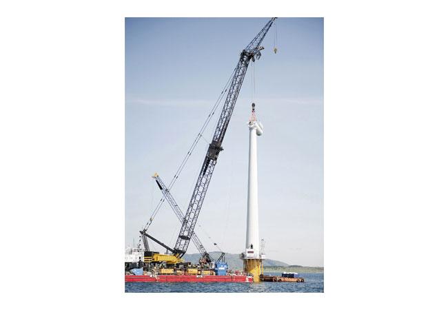 Installation der weltweit ersten schwimmenden Windenergieanlage mit einer Leistung von 2,3 Megawatt. / Copyright: StatoilHydro