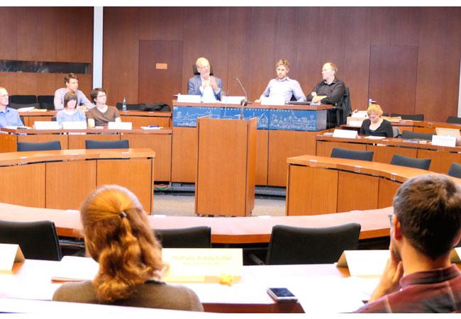 Bildunterschrift: Raimund Dankowski (Klimapakt-Vorstand, Mitte links) diskutierte engagiert mit den angereisten Klimaschutzmanager*innen über die bundesweite Vorbildrolle von Flensburg im Klimaschutz.