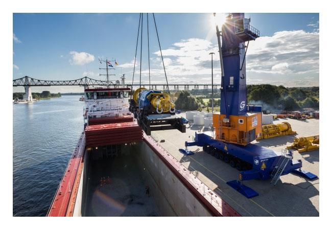 """Pressebild: """"Schwer"""" fällt hier besonders leicht: Der Schwerguthafen Rendsburg Port ist auf große und gewichtige Güter spezialisiert, die in keinen Container passen. Foto: Rendsburg Port Authority"""