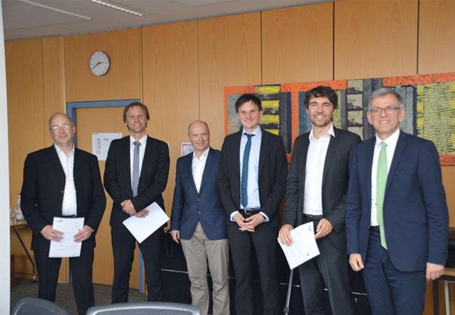 Das Umweltministerium fördert ein Forschungsprojekt im Bereich Smart Grid, auf dem Foto von links: Dr. Kristian Peter (ISC Konstanz), Prof. Dr. Gunnar Schubert (DHBW Ravensburg), Jan Etzel