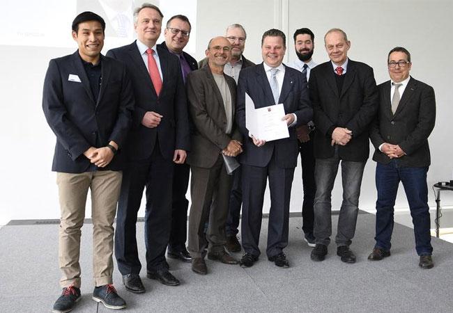 Christian Held erhält seine Urkunde als Honorarprofessor an der Technischen Hochschule Bingen. TH Bingen