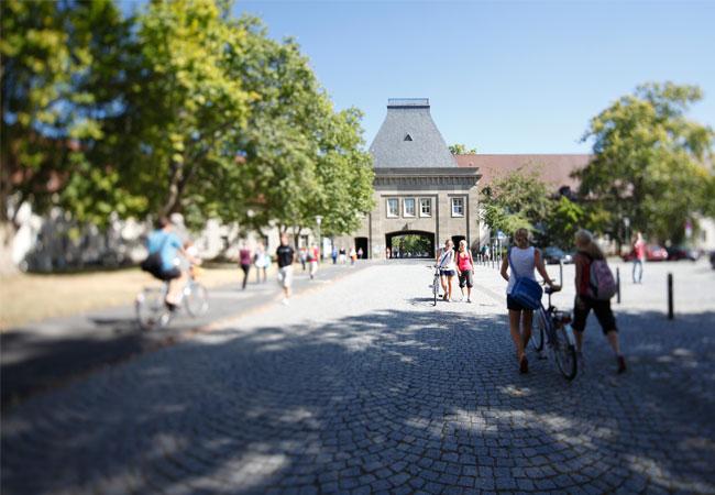 Pressebild: Haupteingang auf den Campus der Johannes Gutenberg-Universität Mainz (Foto: Thomas Hartmann)